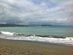 Baracoa le Yunque et le front de mer (malecom) au loin